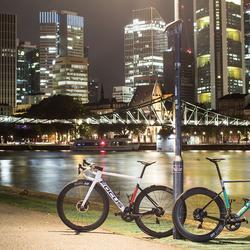 La bicicletta da strada più leggera al mondo, adesso è anche la più veloce: nuova IZALCO MAX.